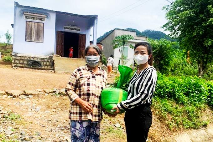Người dân thuộc diện hộ nghèo, cận nghèo xã Khánh Trung nhận gạo hỗ trợ từ UBND huyện Khánh Vĩnh