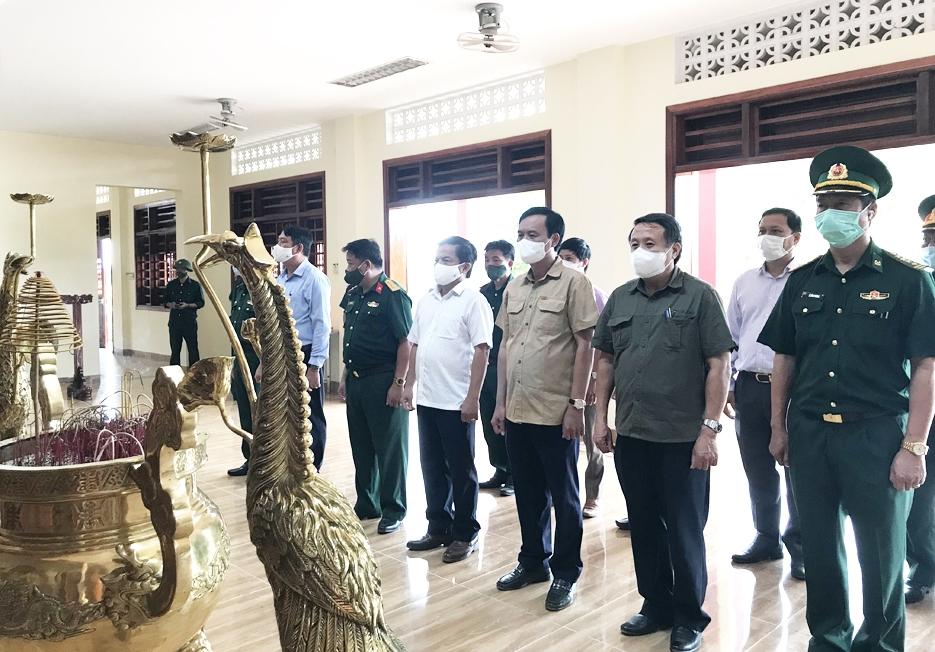 Đoàn công tác của UBND tỉnh Quảng Trị dâng hương tưởng niệm 22 liệt sĩ của Đoàn 337 đã hy sinh trong đợt lũ cuối năm 2020