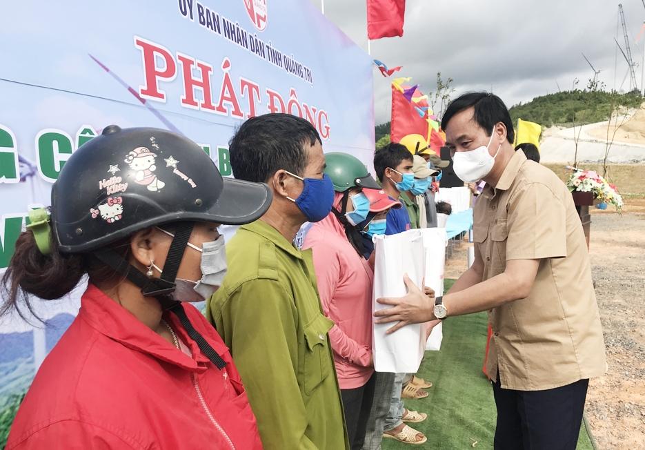 Chủ tịch UBND tỉnh Quảng Trị Võ Văn Hưng tặng quà cho các hộ ở xã Hướng Tân tại Lễ phát động