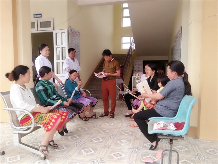 Cán bộ Trung tâm Dân số Kế hoạch hóa gia đình huyện Mai Châu, tỉnh Hoà Bình phối hợp với cán bộ Trạm y tế xã Pà Cò tuyên truyền về tác hại của tảo hôn. Ảnh: Thu Thủy chụp trước thời điểm đợt dịch Covid -19 lần thứ thứ 4 bùng phát