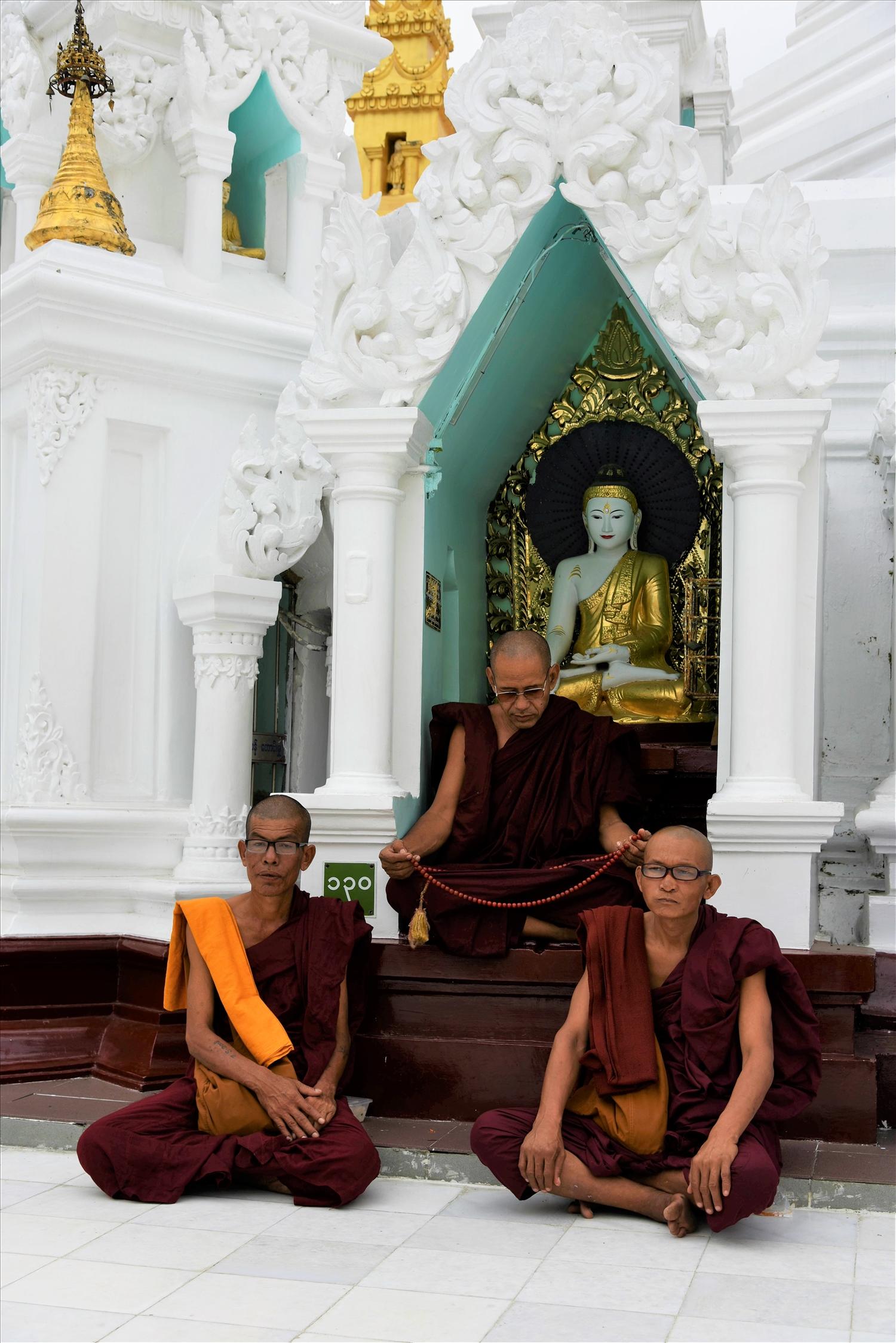 Các vị sư tịnh dưỡng ở một ngôi chùa