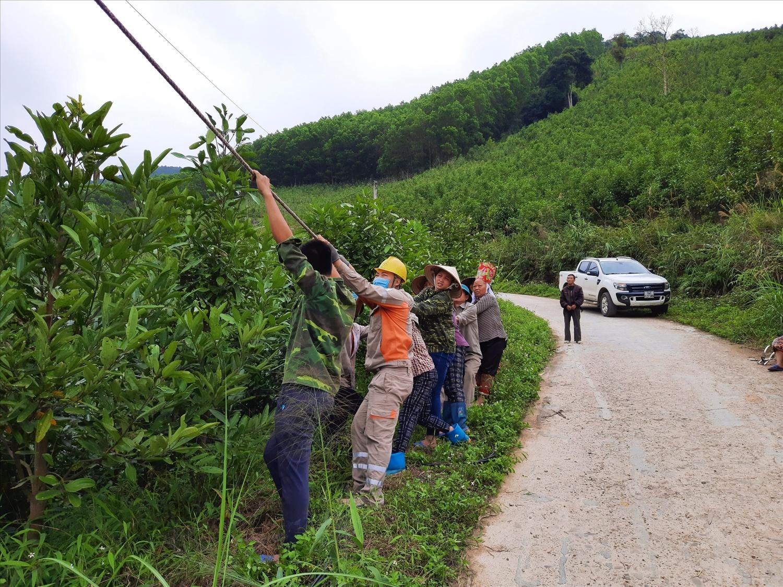 Nhân dân thôn Đồng Và đóng góp công sức, cùng Điện lực đảm bảo an toàn hành lang lưới điện