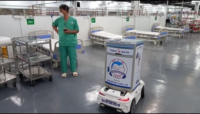 Robot hỗ trợ điều trị bệnh nhân Covid-19 ở Bệnh viện Dã chiến 14 TP. Hồ Chí Minh (Nguồn: SKĐS)