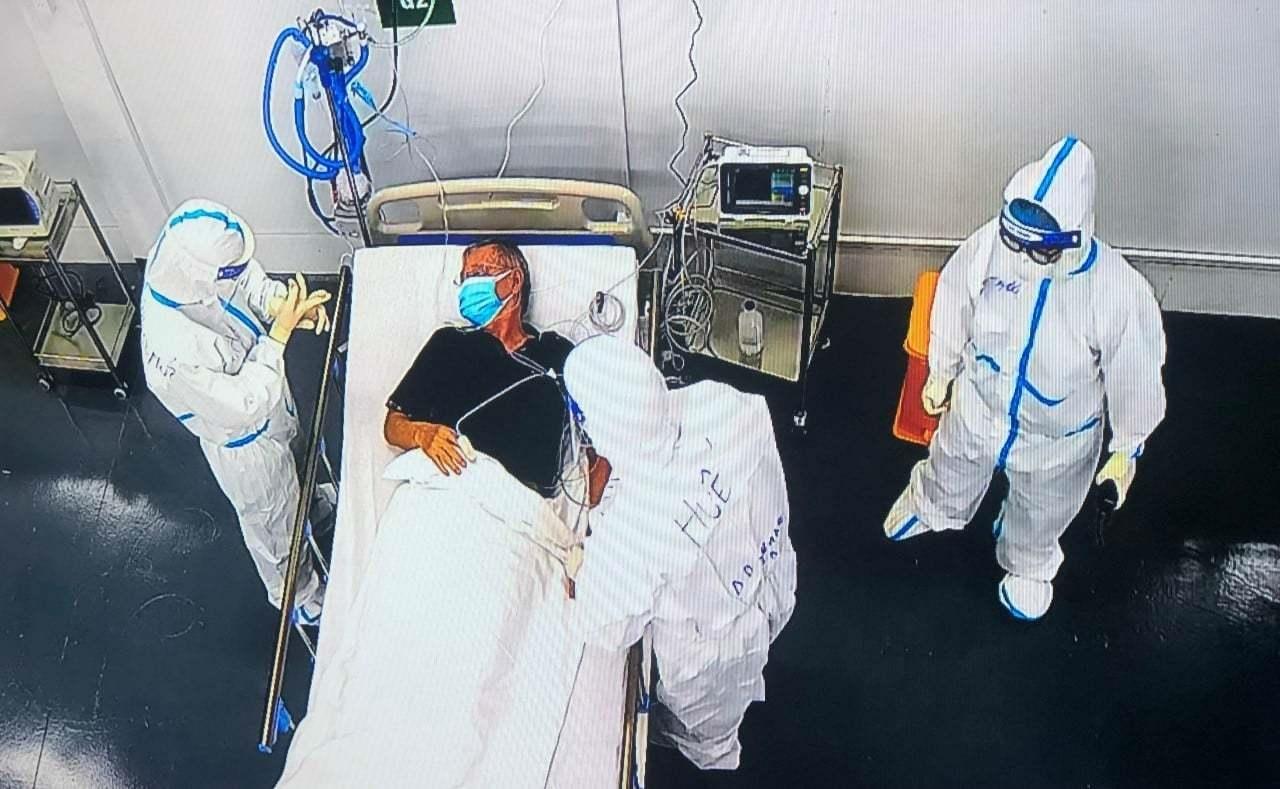 Thứ trưởng Bộ Y tế Nguyễn Trường Sơn vừa đến kiểm tra, làm việc tại Trung tâm Hồi sức tích cực người bệnh Covid-19 ở TP. Hò Chí Minh của Bệnh viện Trung ương Huế.
