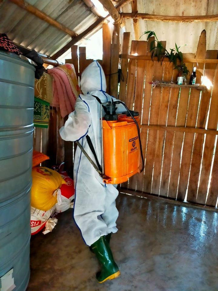 Bác sĩ Hồ Trung Ương đi phun khử khuẩn cho từng hộ dân để phòng dịch