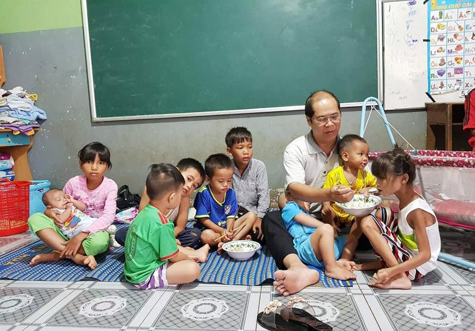Ông Nhật bên những đứa con nuôi có thân phận thiệt thòi của mình