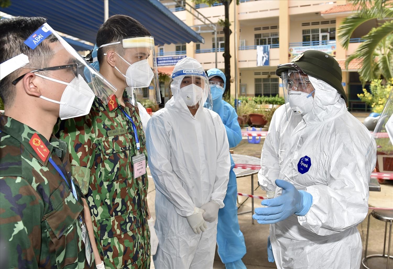 Thủ tướng kiểm tra khu cách ly tập trung tạm thời và Trạm y tế lưu động của phường Cát Lái, hiện đang có 83 ca F0. Ảnh: VGP/Nhật Bắc