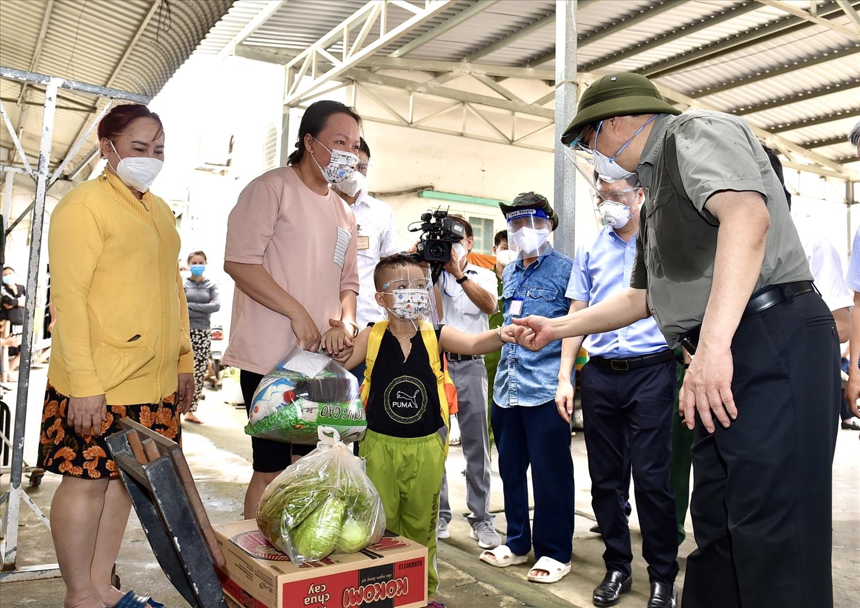 Thăm khu nhà trọ trên đường Nguyễn Thị Định ở TP. Thủ Đức, Thủ tướng Phạm Minh Chính thăm hỏi tình hình đời sống của người dân. Ảnh: VGP/Nhật Bắc