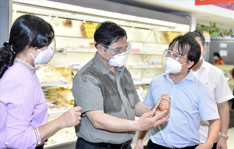 Thủ tướng đến thăm siêu thị Co.opXtra, phường Hiệp Bình Chánh, TP. Thủ Đức. Ảnh: VGP/Nhật Bắc