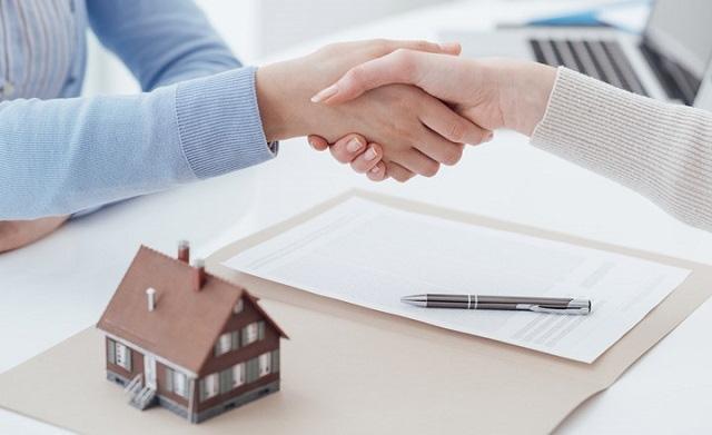 Người mua đặt cọc, ký kết giấy tờ hoặc hợp đồng mua bán căn hộ chỉ khi đã hiểu rõ về đối tượng giao dịch và đã nghiên cứu kỹ nội dung hợp đồng. (Ảnh minh họa: Dân trí)