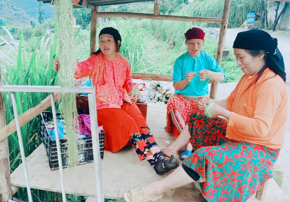 Người phụ nữ dân tộc Mông luôn mang theo mình một nắm sợi lanh để se. Việc se lanh diễn ra bất kỳ đâu, bất kỳ lúc nào
