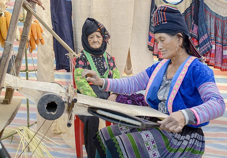 Công đoạn dệt vải thường do những người cao tuổi trong gia đình đảm nhiệm