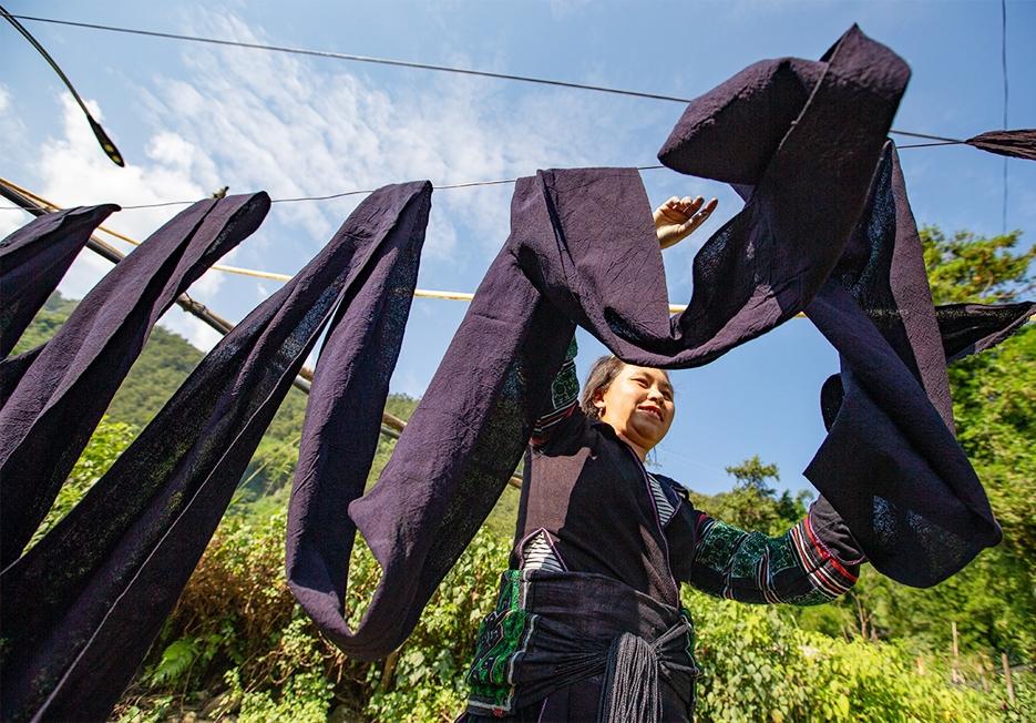 Vải dệt xong được ngâm, phơi nhiều lần cho đến khi được màu ưng ý