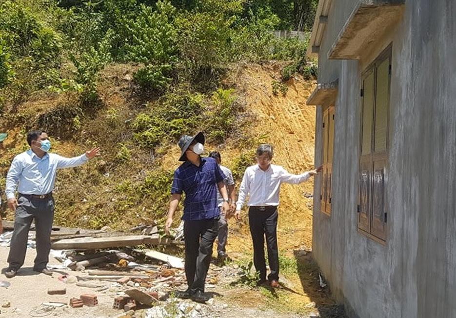 Phó Chủ tịch UBND tỉnh Hồ Quang Bửu kiểm tra một ngôi nhà mới được hỗ trợ xây dựng hoàn thiện