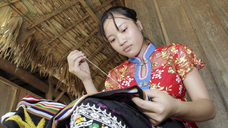 Trẻ em vùng cao Nghệ An thêu váy kiếm tiền phụ giúp gia đình