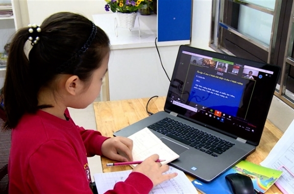 Bộ GD&ĐT hướng dẫn, việc tổ chức dạy học trực tuyến với hình thức linh hoạt, phù hợp với tâm lý lứa tuổi đối với học sinh lớp 1, lớp 2. Ảnh: INT