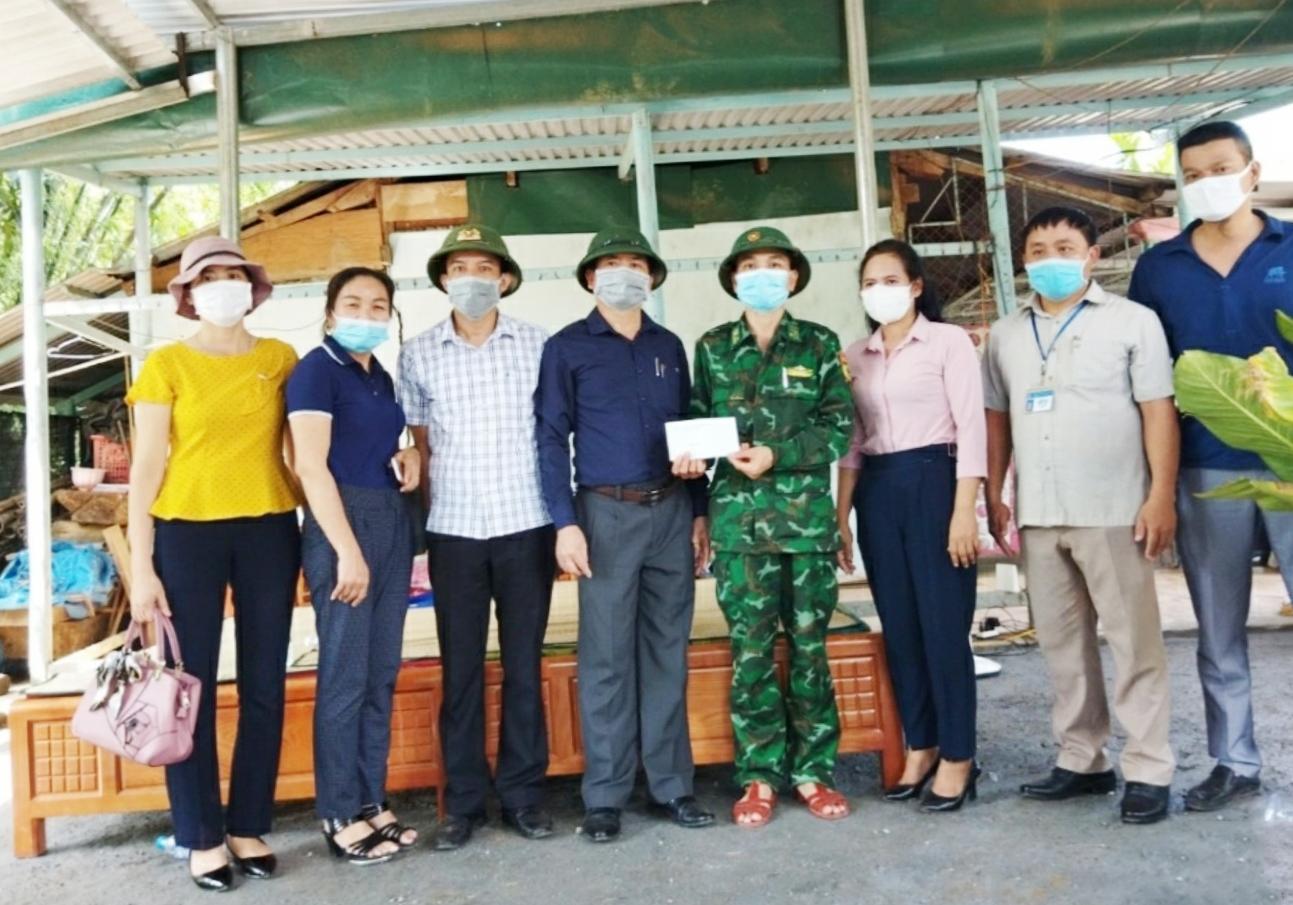 Đoàn công tác huyện Đakrông, Quảng Trị tặng quà cho chốt phòng dịch tại thôn Cu Tài 1 xã A Bung