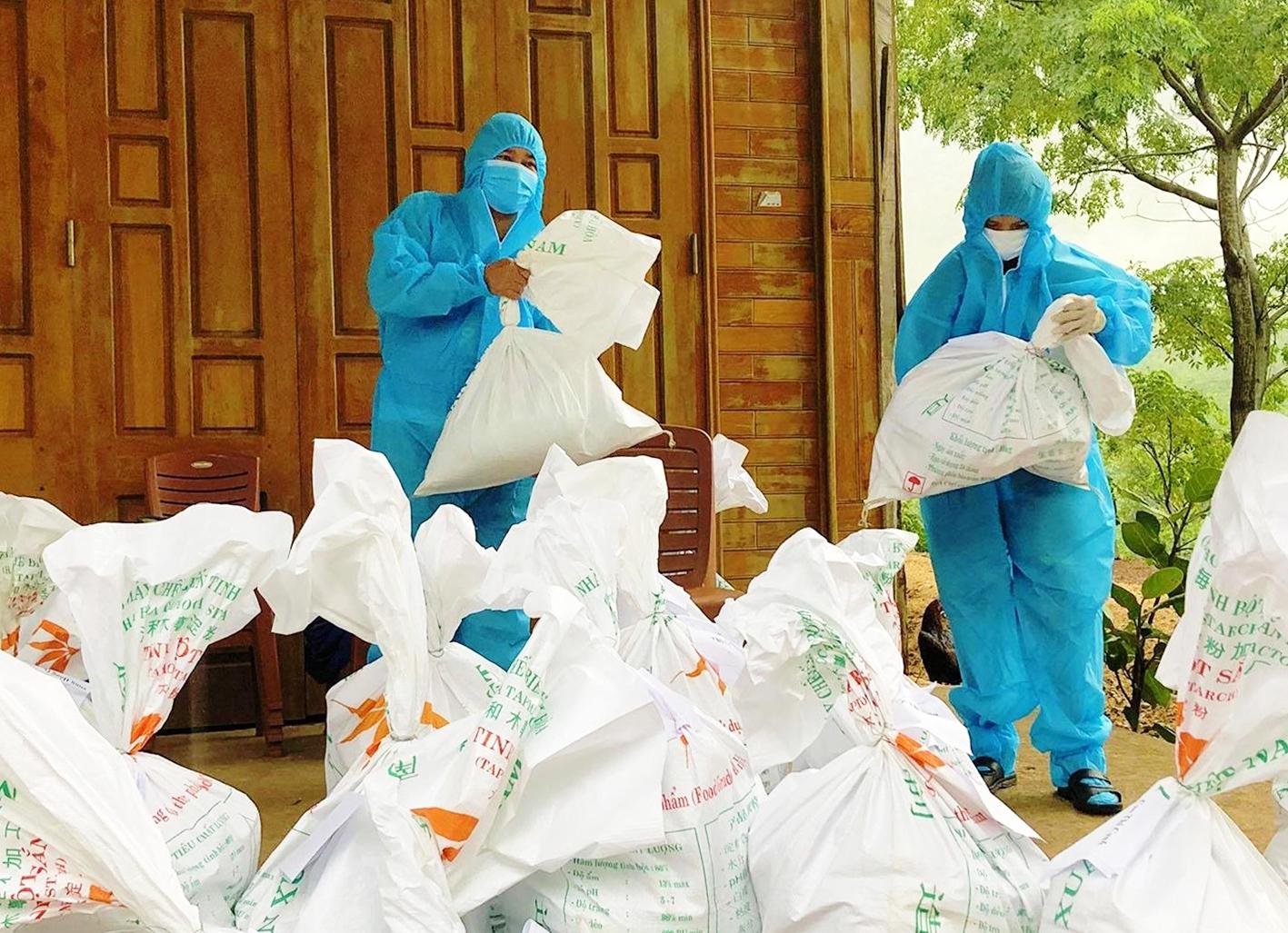 Hỗ trợ lương lực và hàng hóa cho đồng bào khu vực cách ly xã Dân Hóa, huyện Minh Hóa, tỉnh Quảng Bình
