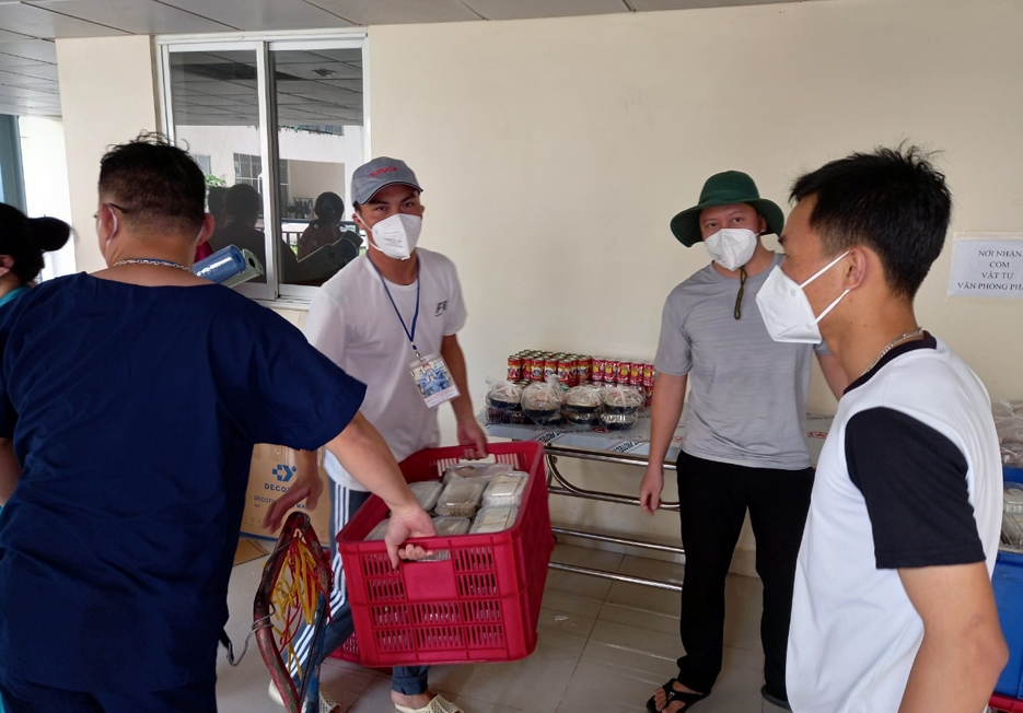 Các tình nguyên viên đang hỗ trợ giúp bệnh nhân Covid-19 ở Bệnh viện Dã chiến 12