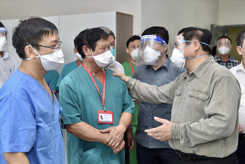 Thủ tướng Phạm Minh Chính và đoàn công tác đến kiểm tra công tác điều trị người mắc COVID-19, động viên các y bác sĩ đang ngày đêm chữa trị cho người bệnh tại Bệnh viện quốc tế Becamex Bình Dương. Ảnh: VGP/Nhật Bắc