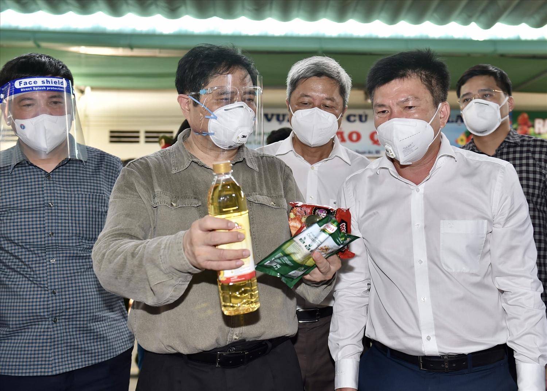 Thủ tướng thị sát, kiểm tra khu vực chợ đầu mối Đông Phú cung cấp hàng hóa thiết yếu cho người dân. Ảnh: VGP/Nhật Bắc