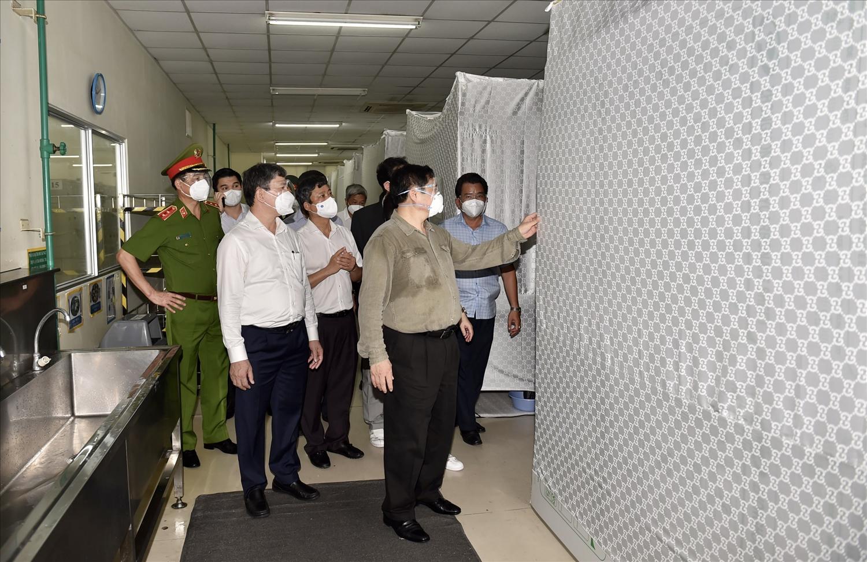 """Thủ tướng kiểm tra công tác chuẩn bị cơ sở, vật chất để sản xuất theo phương án """"ba tại chỗ"""" của Công ty. Ảnh: VGP/Nhật Bắc"""