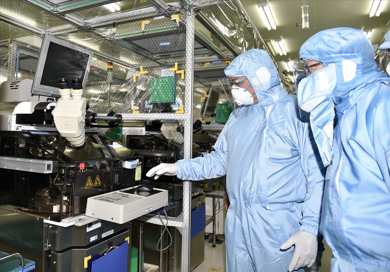 Thủ tướng đến kiểm tra tình hình sản xuất, kinh doanh và chống dịch tại Công ty TNHH Saigon Stec (TP. Thủ Dầu Một). Ảnh: VGP/Nhật Bắc