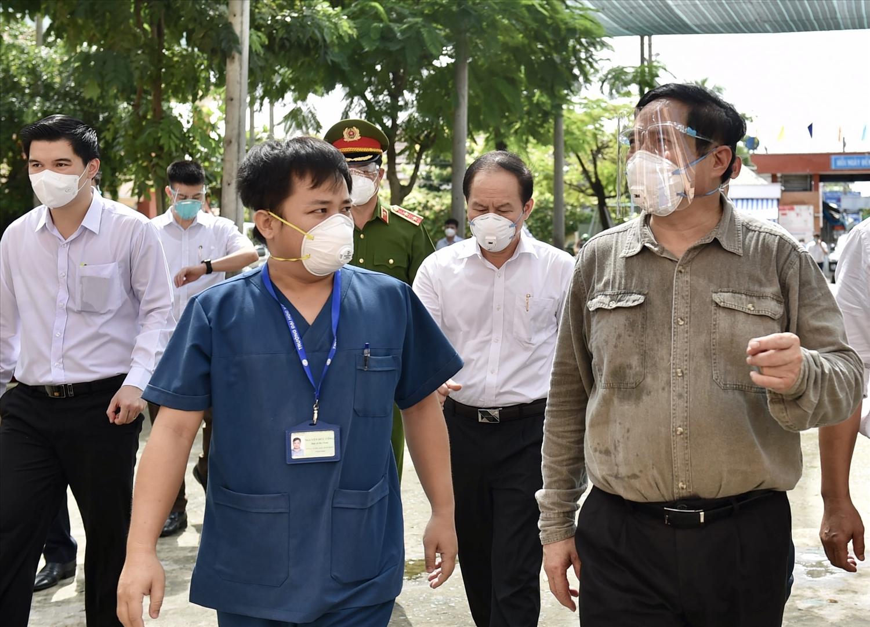 """Tới kiểm tra tình hình ứng trực của trạm y tế lưu động phường Bình Chuẩn, một """"vùng đỏ"""" dịch COVID-19, Thủ tướng yêu cầu trạm y tế chủ động hơn nữa việc đáp ứng nhu cầu của nhân dân. Ảnh: VGP/Nhật Bắc"""