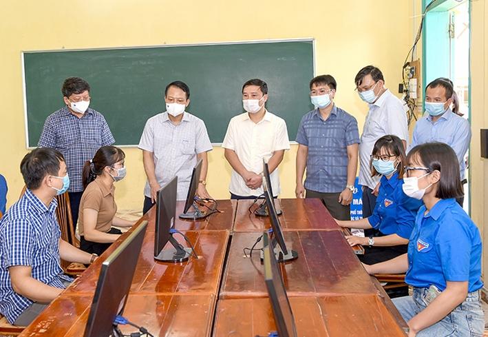 Các đại biểu tham quan phòng tin học của nhà trường