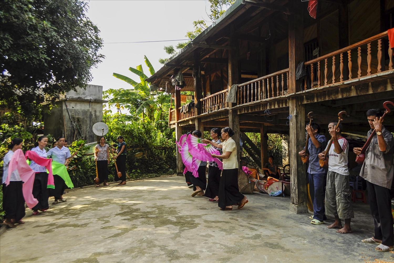 Khi nông nhàn, Đội văn nghệ người cao tuổi thôn Nà Củng, xã Mường So, Phong Thổ lại hăng say tập luyện