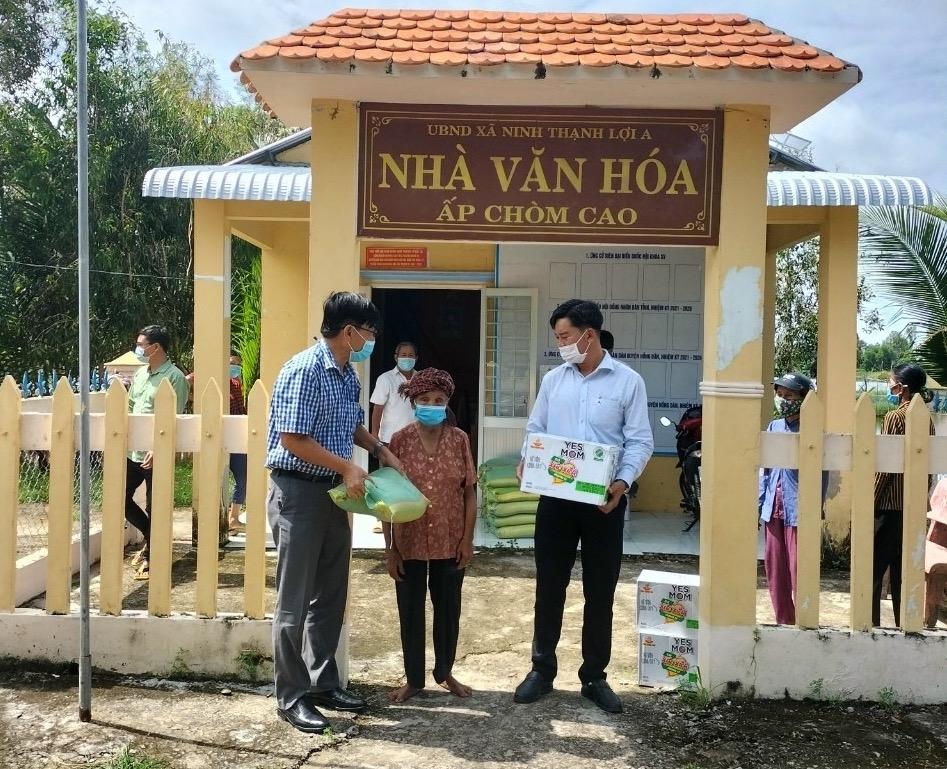 Đoàn công tác của Ban Dân tộc và Tôn giáo tỉnh Bạc Liêu trao quà đến tận gia đình cho các hộ đồng bào DTTS