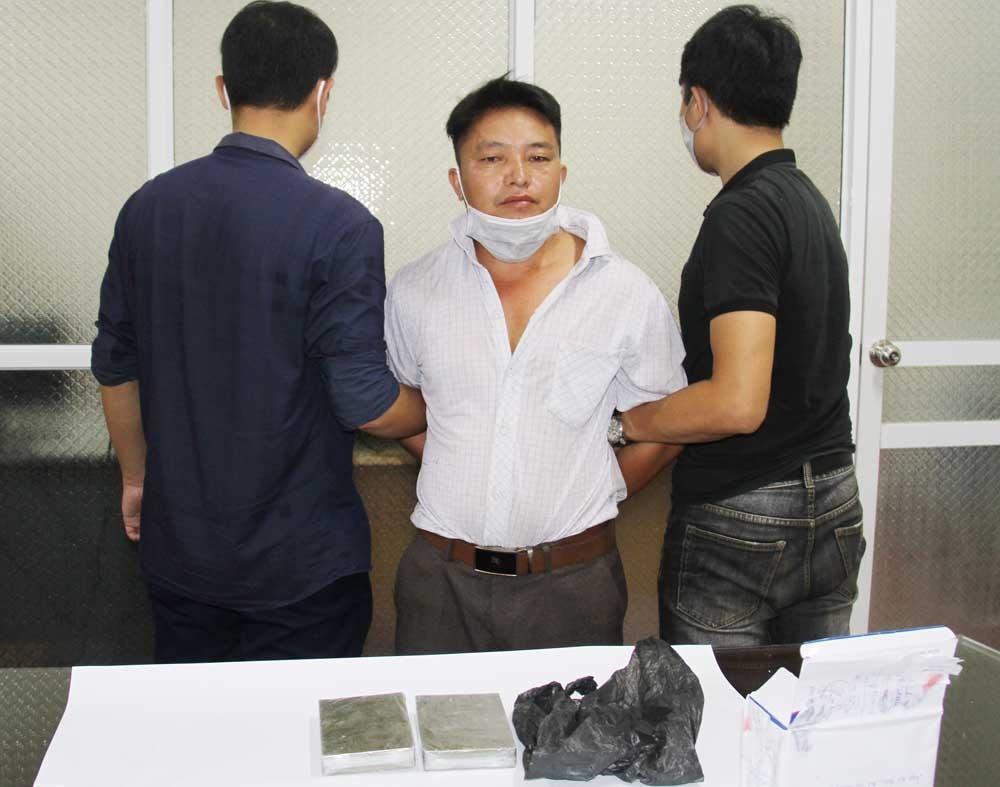 Đối tượng Ma Seo Cu cùng tang vật ma túy tại cơ quan điều tra. Ảnh: baolaocai.vn