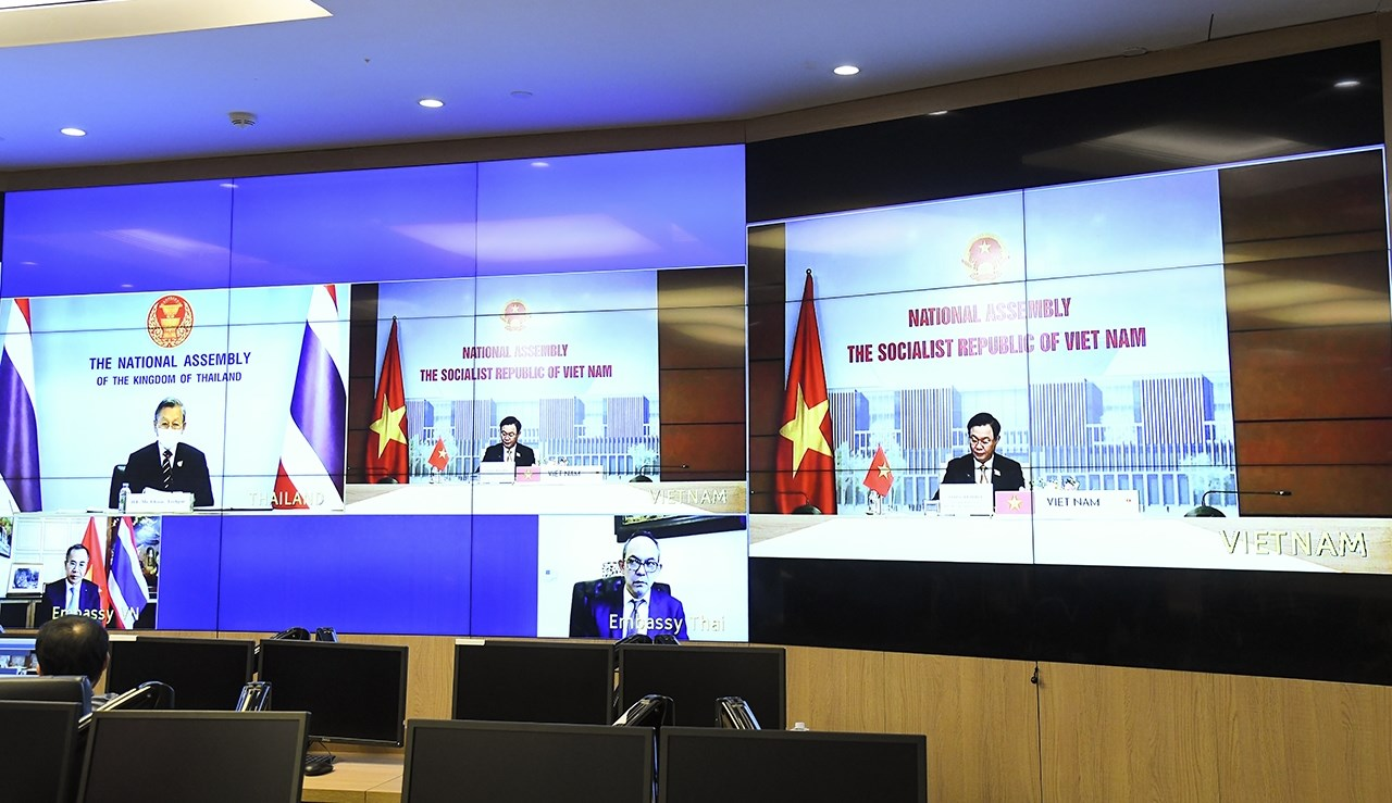 Chủ tịch Quốc hội Vương Đình Huệ hội đàm trực tuyến với Chủ tịch Quốc hội Thái Lan Chuan Leekpai