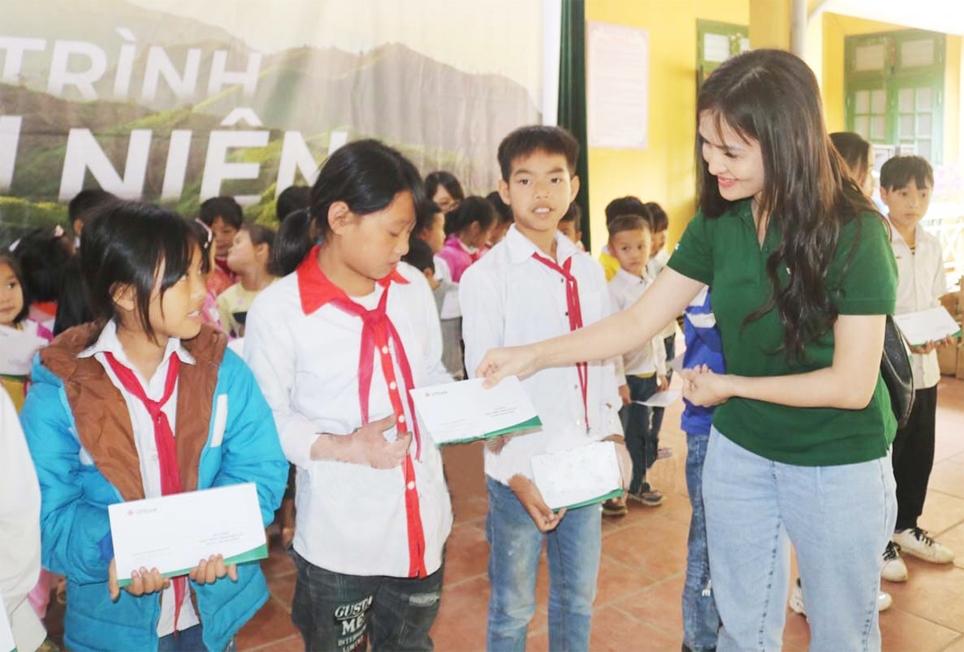 VP bank chi nhánh Hòa Bình trao tặng học bổng cho học sinh nghèo vượt khó tại xã Nánh Nghê, huyện Đà Bắc. (Ảnh tư liệu, chụp trước ngày 27/4/2021)