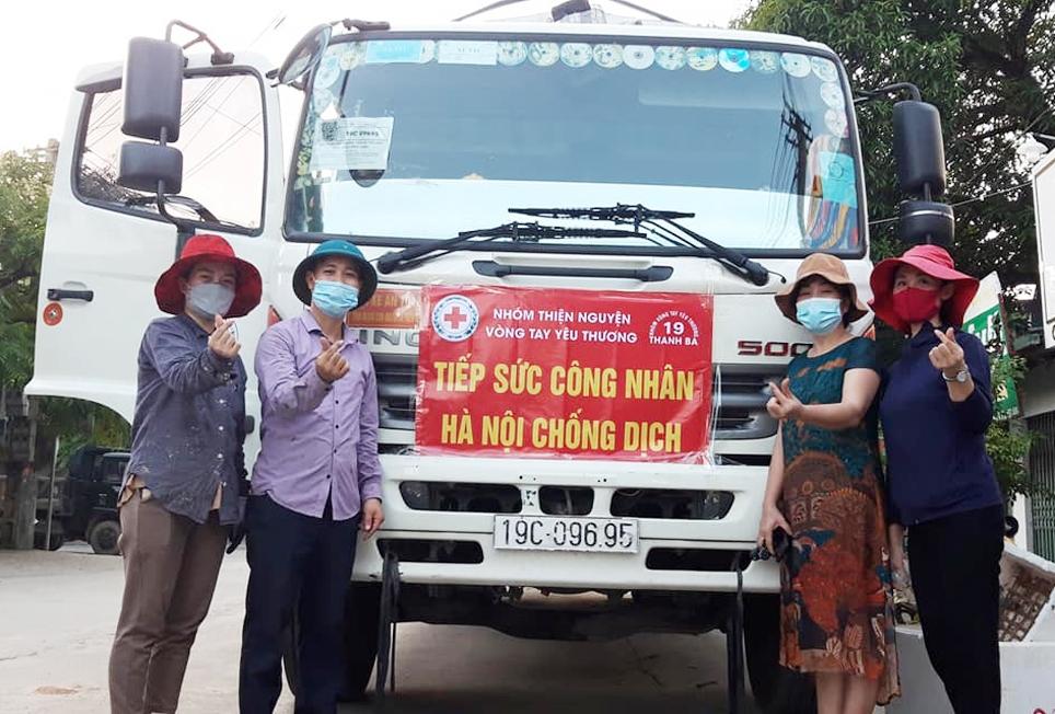 Thầy giáo Nguyễn Quang Đại (đội mũ cối, thứ hai bên trái), cùng các thành viên Nhóm thiện nguyện chuyển xe hàng ủng hộ về Hà Nội