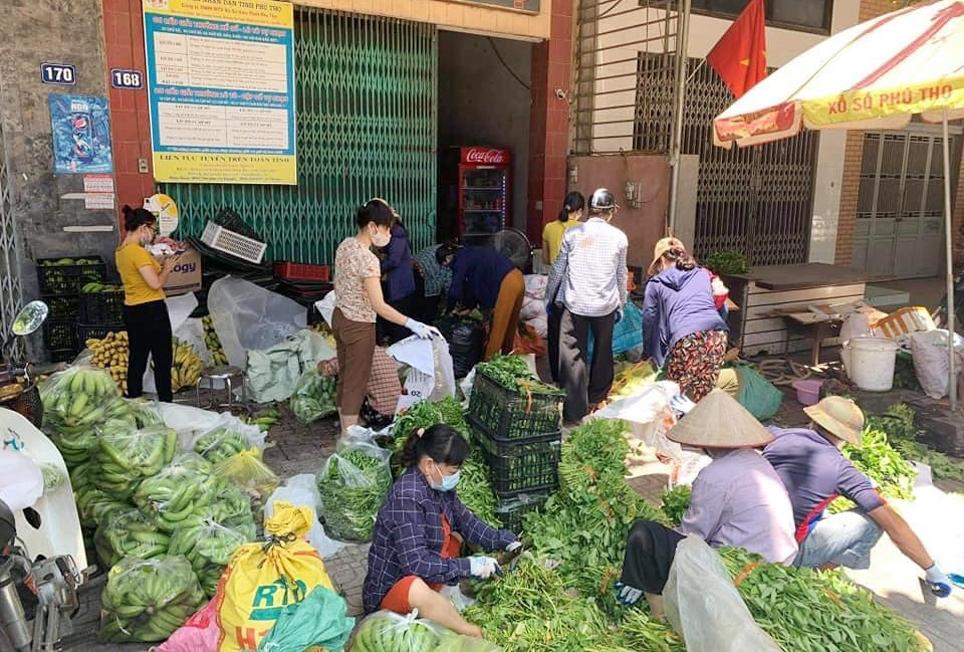 Các thành viên Nhóm thiện nguyện cùng người dân phân loại, đóng gói các nhu yếu phẩm để gửi đi ủng hộ vùng dịch
