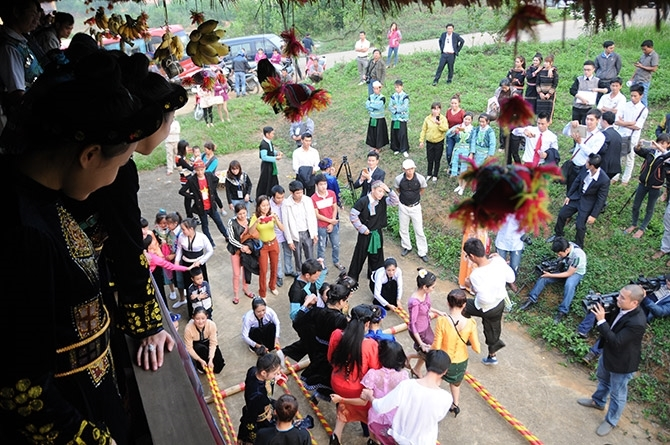 Đồng bào các dân tộc anh em vui hội bên mái nhà sàn dân tộc Thái, tại Làng Văn hoá – Du lịch các dân tộc Việt Nam