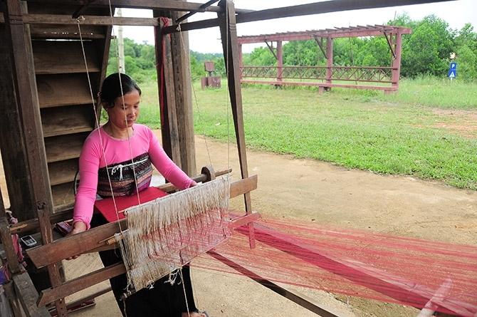 Dưới mái nhà sàn, công chúng có dịp tìm hiểu những nét độc đáo trong văn hoá truyền thống dân tộc Thái
