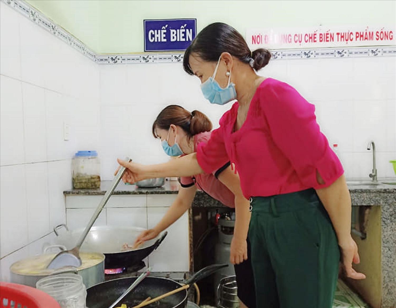 Người dân phục vụ bếp ăn miễn phí cho khu cách ly