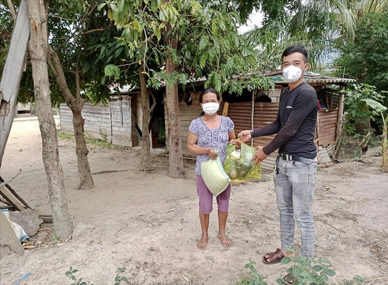 Tiếp tế nhu yếu phẩm cho người dân và khu cách ly xã Cư Pui