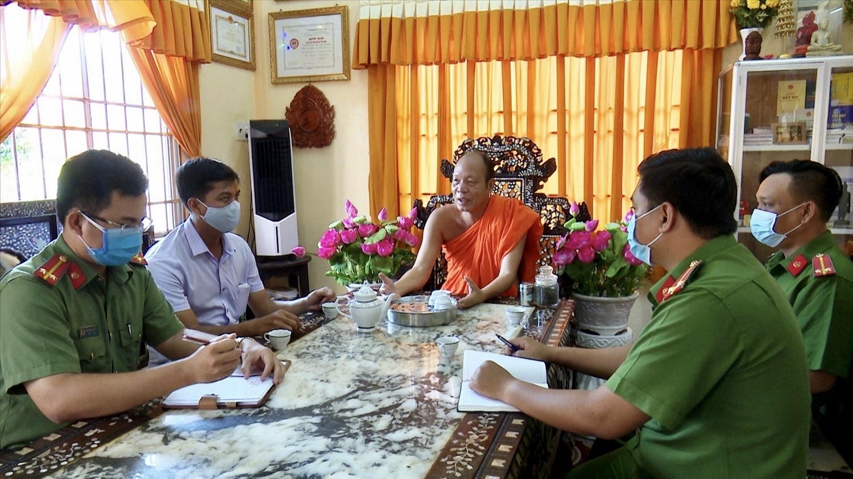 Người có uy tín trong đồng bào Khmer luôn phối hợp cùng chính quyền địa phương trong công tác phòng chống Covid-19