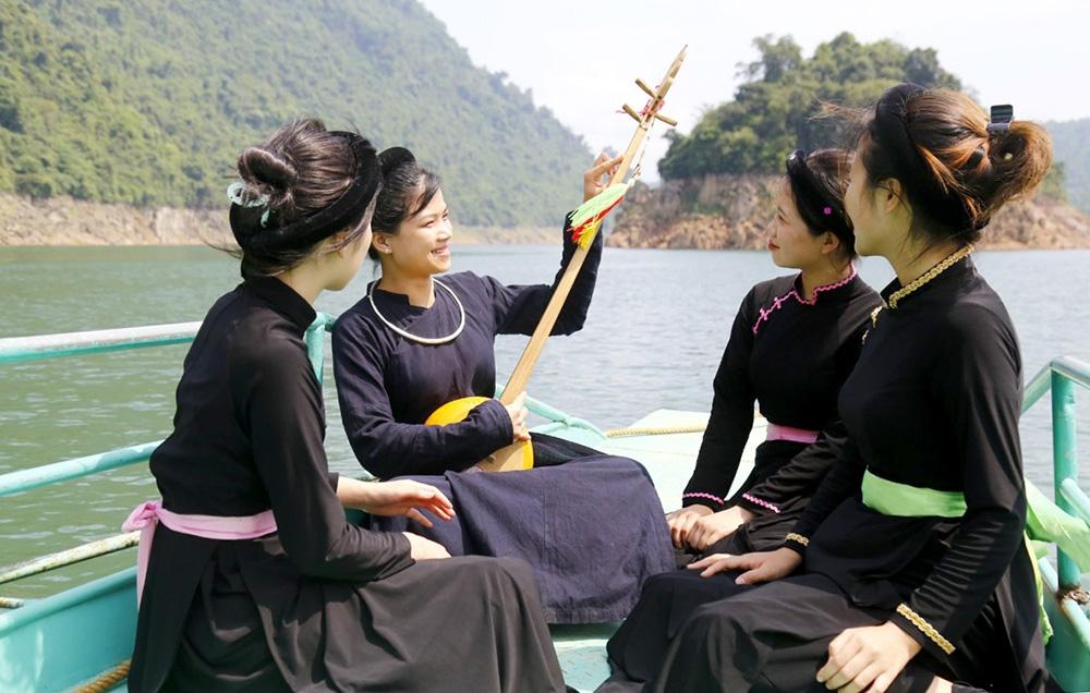 Những làn điệu Then về Covid-19 được các thành viên Câu lạc bộ hát Then xã Lăng Can (Lâm Bình, Tuyên Quang) biểu diễn