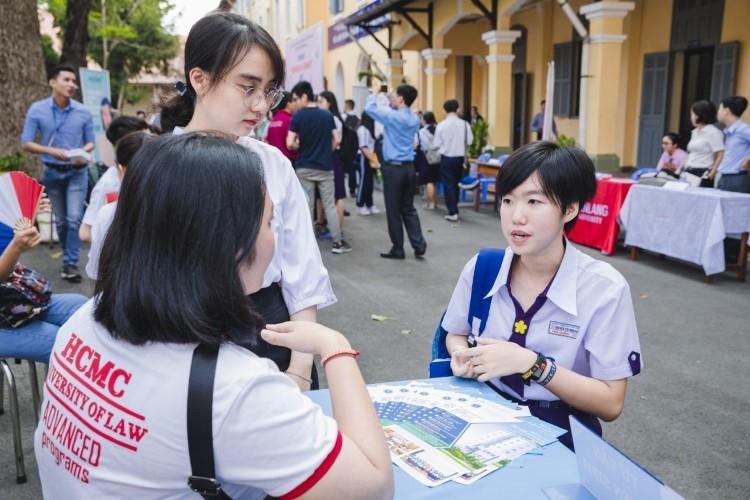 Thí sinh tham dự tư vấn tuyển sinh, hướng nghiệp của Trường ĐH Luật TP Hồ Chí Minh khi chưa có dịch. Ảnh: NVCC