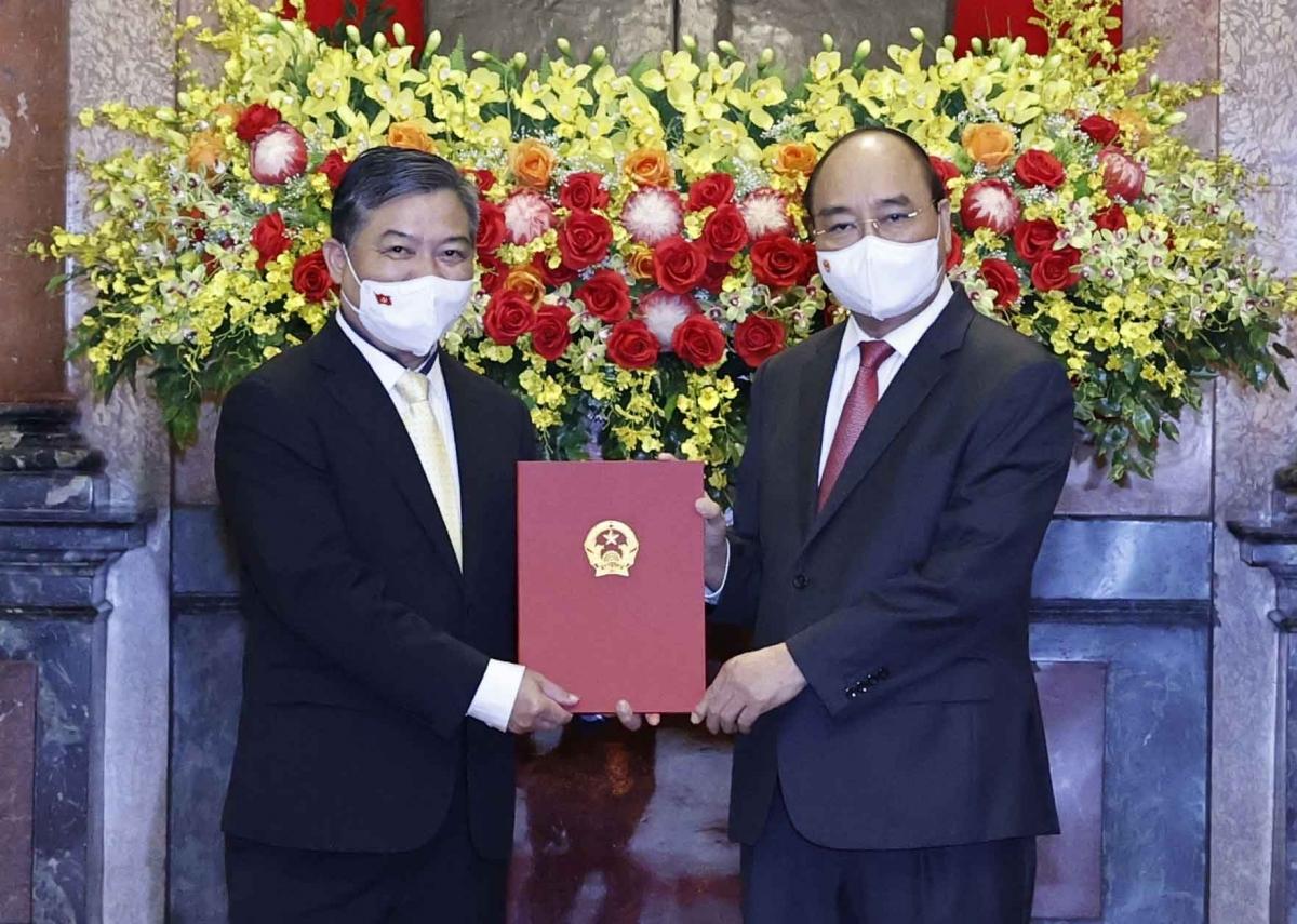 Chủ tịch nước Nguyễn Xuân Phúc trao Quyết định bổ nhiệm Đại sứ Việt Nam tại Campuchia cho ông Nguyễn Huy Tăng