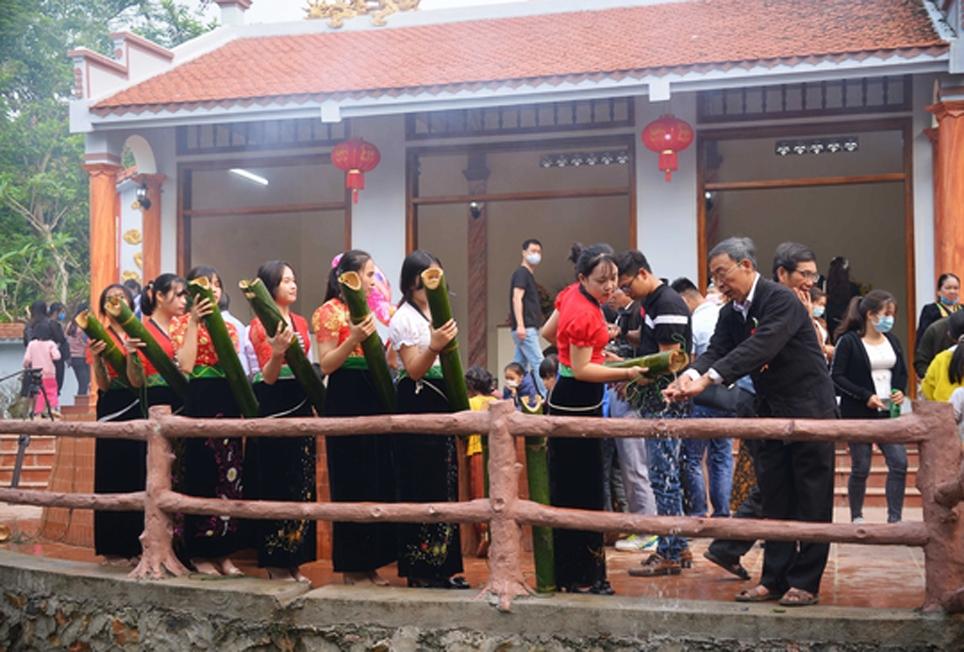 """Tái hiện tục gội đầu trong lễ hội """"Nàng Han"""" ở Phong Thổ, Lai Châu"""
