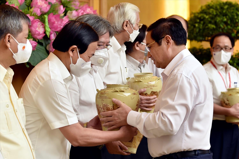 Thủ tướng tặng quà lưu niệm cho các nhà khoa học tại buổi gặp mặt. Ảnh: VGP/Nhật Bắc
