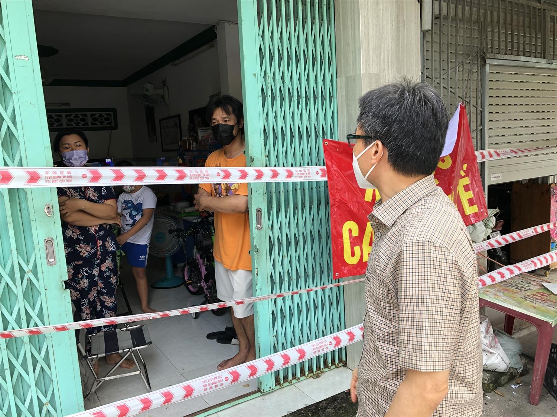 Phó Thủ tướng yêu cầu quận Gò Vấp tập trung chỉ đạo công tác chăm sóc, điều trị F0 ngay tại nhà, trong khu cách ly và tuyến điều trị bệnh nhân nhẹ để giảm tối đa số bệnh nhân phải chuyển tuyến. Ảnh: VGP/Đình Nam