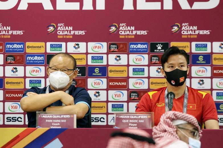 HLV Park Hang Seo và Đội trưởng Quế Ngọc Hải tham dự buổi họp báo trước trận đấu. (Ảnh: VFF)