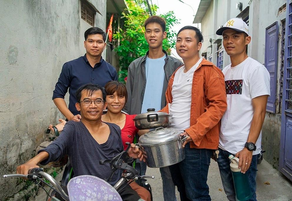 Vợ chồng anh Nguyễn Văn Minh và chị Trần Thị Dung (người ngồi) đều khuyết tật bẩm sinh, được cách thành viên Nhà Hy Vọng hỗ trợ khi mới chuyển về ở