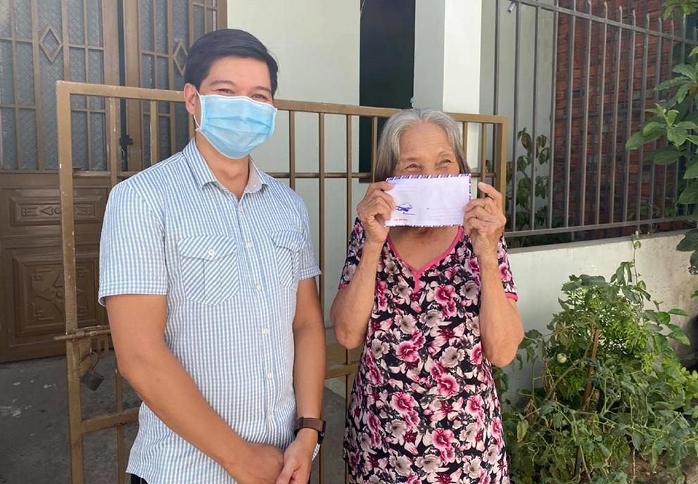 Bà Trần Thị Mạnh (77 tuổi, quê Quảng Trị) rất vui khi được ở tại Nhà Hy Vọng và được anh Tuấn Anh hỗ trợ tiền mặt trong những ngày giãn cách xã hội